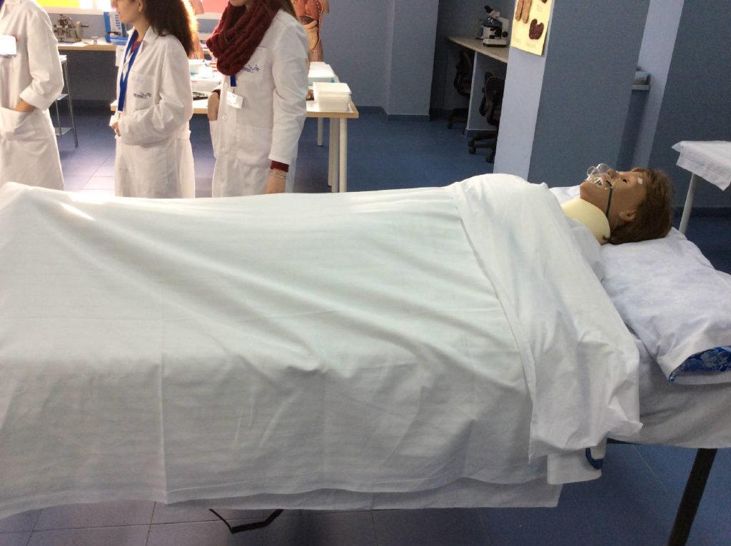 Prácticas Auxiliar enfermería con Muñeco