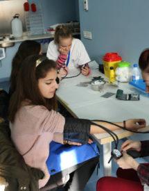Práctica auxiliar de enfermería con tensiómetro