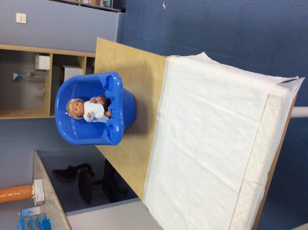 Prácticas Cuidados de enfermería con muñeco Bebé