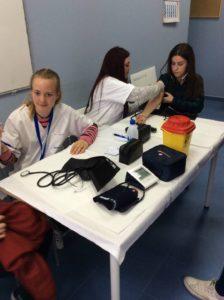 Práctica de auxiliar de enfermería con tensiómetro