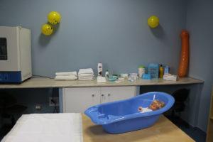 Práctica auxiliar de enfermería en pediatría con muñeco bebé