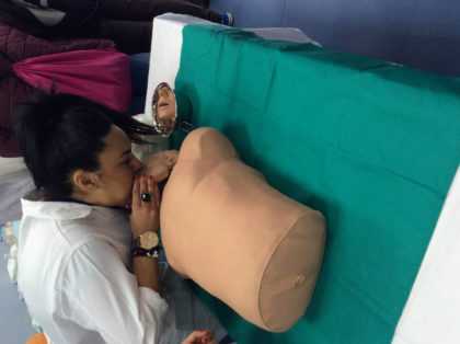 Práctica de farmacia y parafarmacia con RCP en muñeco