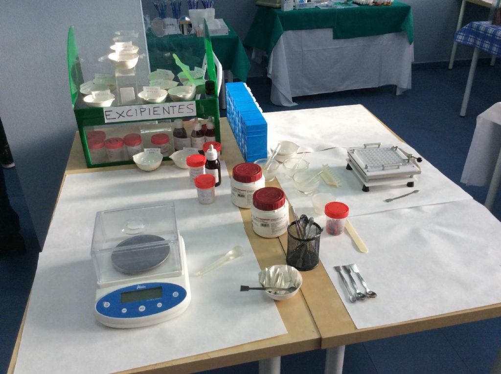Práctica de farmacia y parafarmacia con utensilios varios