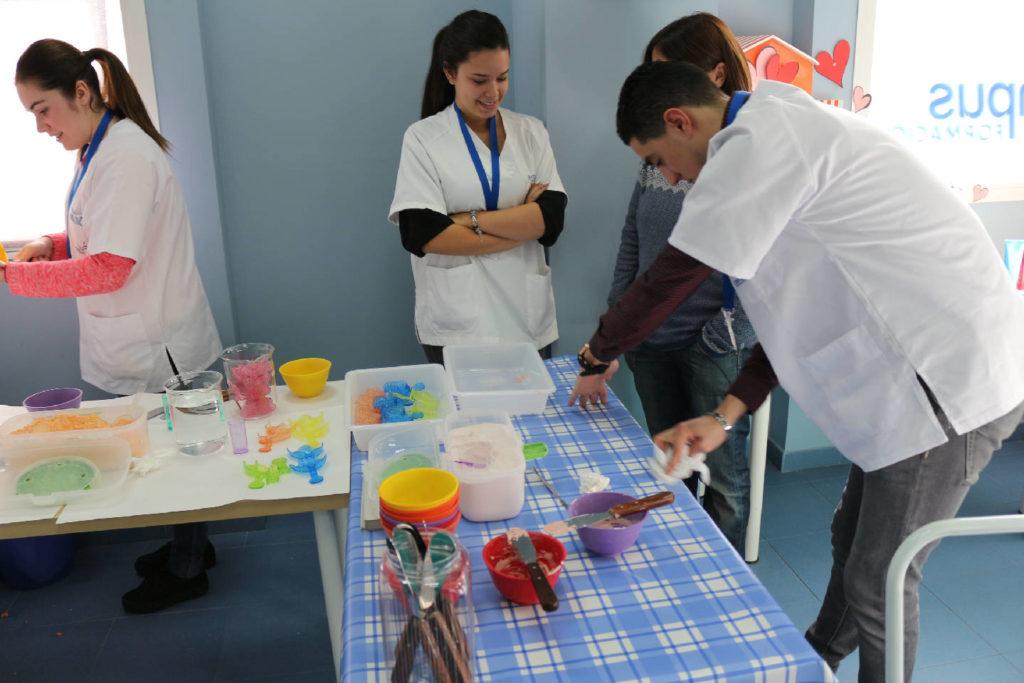 Práctica de higiene bucodental de como usar el moldeador