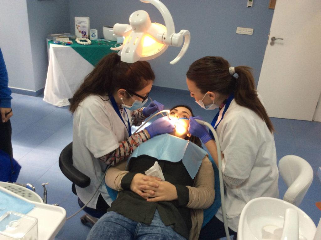 Práctica higiene bucodental en silla de dentista con paciente real