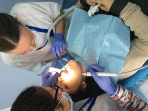 Práctica higiene bucodental en silla de dentista con persona real