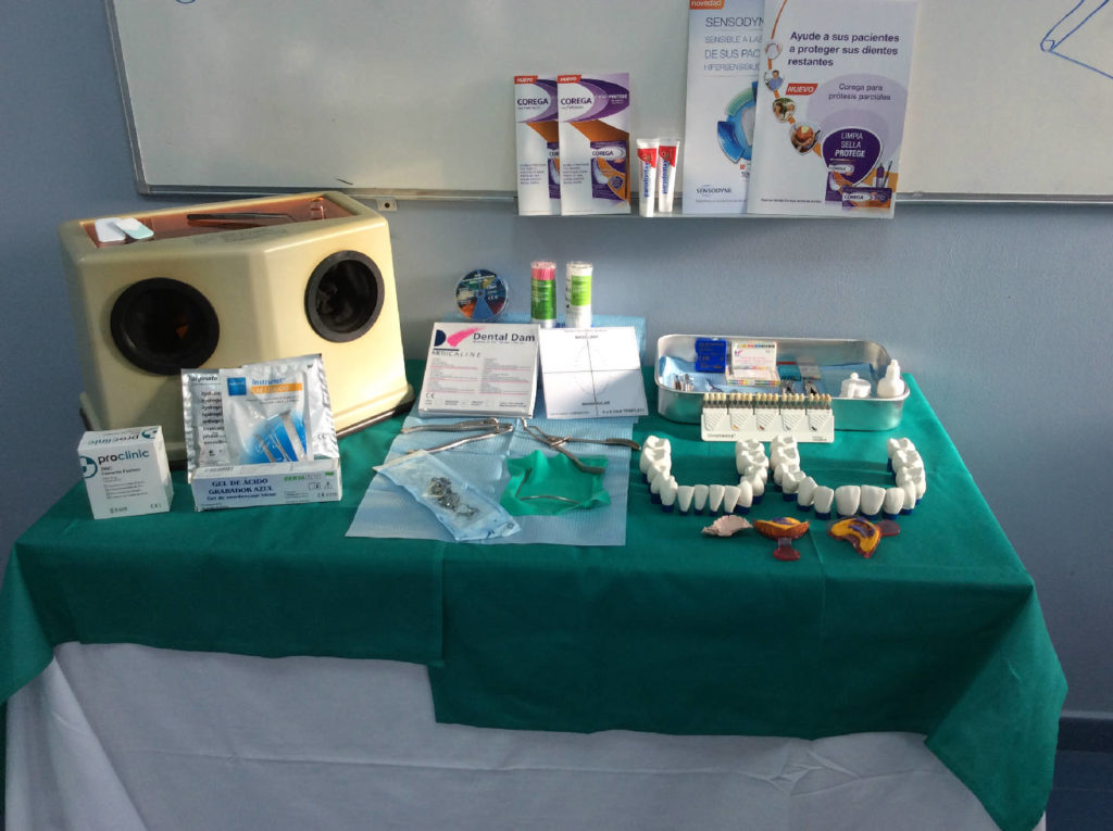 Práctica higiene bucodental con utensilios y dientes de plástico