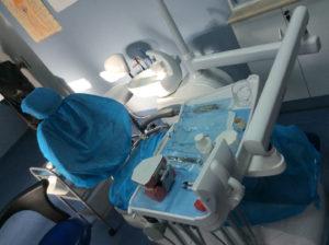 Práctica de higiene bucodental con silla de dentista