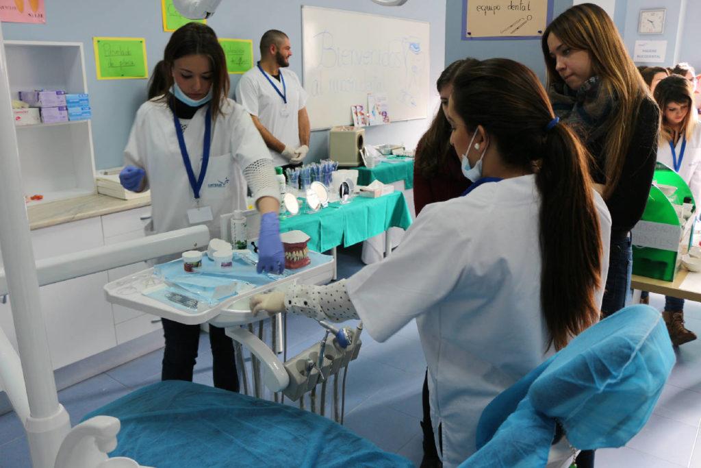 Práctica de higiene bucodental sobre como usar la silla del paciente