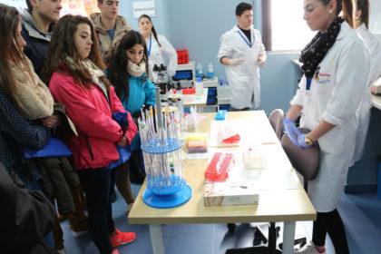 Práctica de laboratorio clínico y biomédico con muestras