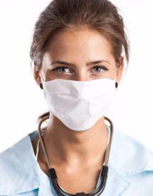 mujer con mascarilla salud